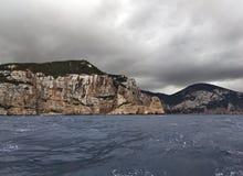 Norr stenig kust av Ibiza på stormigt väder Arkivfoto