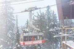 Norr Vancouver Kanada - December 30, 2017: Ritt för skogshönsberggondol mycket av folk på den dimmiga vinterdagen Royaltyfri Fotografi