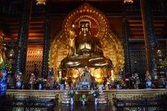 Norr Vietnam - - Bai Dinh Pagoda guld- buddistiska statyer Royaltyfria Foton
