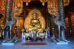 Norr Vietnam - - Bai Dinh Pagoda mindre guld- buddistiska staty och kranar Royaltyfri Bild