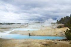 Norris Geyser Basin på en molnig dag Yellowstone nationalpark U Royaltyfria Bilder