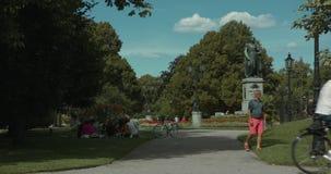 NORRKÃ-PING, SUÉCIA - 3 DE AGOSTO DE 2018: Um grupo diverso de amigos que penduram para fora no parque filme