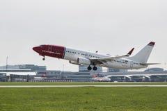 Norrman Boeing 737-800 tar av på landningsbanan Royaltyfri Foto