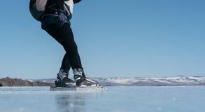 Norrman som fotvandrar skridskor Royaltyfri Foto