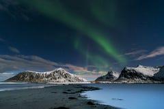 Norrsken över den Skagsanden stranden på Lofoten öar, Royaltyfria Bilder
