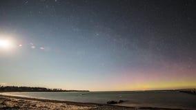 Norrsken för nordliga ljus för himmel för aftonsolnedgångstjärna över tidschackningsperiod för sjö 4k arkivfilmer