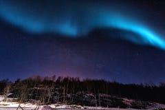 Norrsken för nordliga ljus i Lofoten öar, Norge vinter för gata för liggandenattfolk gå Arkivfoton
