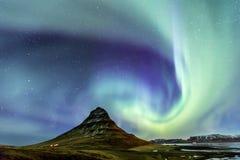Norrsken för nordligt ljus på Kirkjufell Island med fullständigt fotografering för bildbyråer