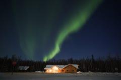 Norrsken i alaskabo natt Arkivbild