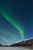 Norrsken (nordliga lampor) ovanför ett berg Arkivbild