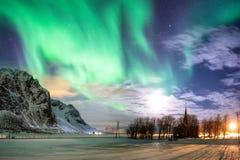 Norrsken (nordliga ljus) med stjärnor över kristen chur fotografering för bildbyråer