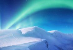 Norrsken på de Lofoten öarna, Norge Gröna nordliga ljus ovanför berg Natthimmel med polara ljus royaltyfri foto