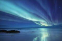 Norrsken på de Lofoten öarna, Norge Gröna nordliga ljus ovanför berg Natthimmel med polara ljus Nattvinter l royaltyfri bild