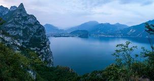 Norrslutet av sjön Garda, på aftonskymning Royaltyfri Fotografi