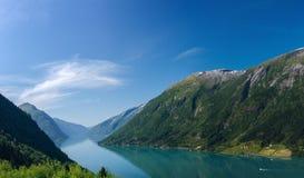Norsk fjord och berg royaltyfri bild