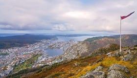 Norsk flagga överst av monteringen Ulriken Royaltyfria Foton