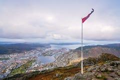 Norsk flagga överst av monteringen Ulriken Fotografering för Bildbyråer