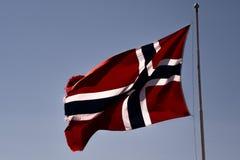 Norsk flagga på en pol royaltyfria foton