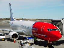 Norsk flygplanBoeing 737-800 flygplats Royaltyfria Foton