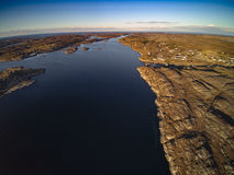 Norsk kustlinje med den steniga ön Ingen vegetation Arkivbild