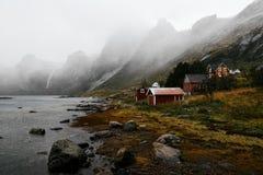 Norsk by på stranden arkivbilder