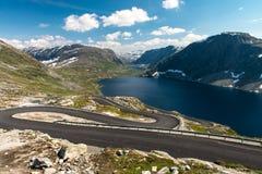 Norsk slingrande väg Arkivbilder