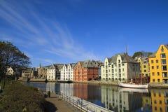 Norsk stad av Alesund i sommar Härliga ställen i Skandinavien royaltyfri fotografi