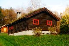 Norsk träjordbruks- byggnad Arkivbild