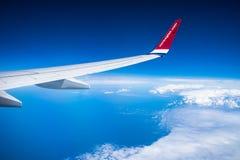 Norsk trafikflygplanvinge över det baltiska havet Fotografering för Bildbyråer