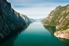 norska fjordkjeragberg royaltyfria bilder