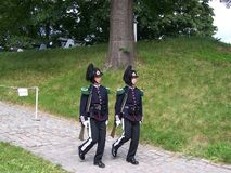 Norska konungens vakt tjäna som soldat i den Akershus fästningen Barackerna av vakten lokaliseras i fästningen Juli 2007 Oslo royaltyfria bilder
