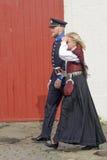 Norska par som bär den nationella dräkten Arkivbilder