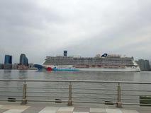 Norskt brytningkryssningskepp på Hudson River Leaving Manhattan royaltyfri foto