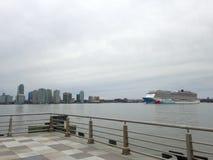 Norskt brytningkryssningskepp på Hudson River Leaving Manhattan royaltyfria bilder