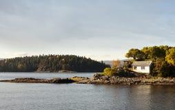 Norskt hus på en ö Arkivfoton