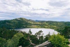 Norskt naturlandskap i solig sommardag med en sikt av th Royaltyfri Fotografi