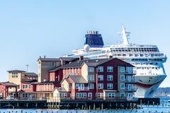 Norskt skepp f?r NCL-solkryssning som anslutas i i stadens centrum Astoria bak konservfabriken Pier Hotel och Spa p? Columbiaet R arkivbild
