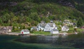 Norskt trähus på fjorden Royaltyfri Fotografi