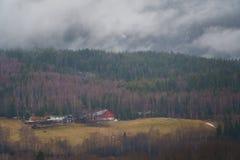 Norskt vårlandskap, Norge bygd Fjällnära klassiska trähus arkivbilder