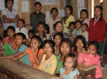 Norte-Laos: Alunos na escola B da vila de Mekong River fotografia de stock