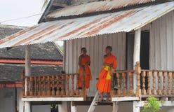 Norte-Laos: Duas monges budistas novas em Luang Prabang, o relig imagens de stock