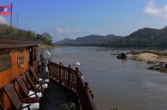 Norte-Laos: El viajar en un barco de cruceros del Mekong al P budista fotos de archivo