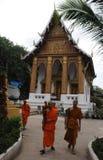 Norte-Laos: Los monjes están viniendo de la universidad monastry en Luang foto de archivo libre de regalías