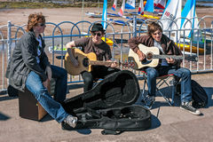 NORTH BERWICK, EAST LOTHIAN/SCOTLAND - AUGUST 14 : Busking in No Royalty Free Stock Images