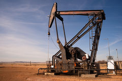 North Dakota olje- pump Jack Fracking Crude Extraction Machine Royaltyfri Foto