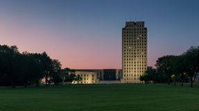 North Dakota statKapitolium på natten arkivbilder