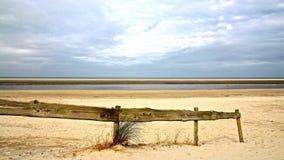 North-sea strand met het houten schermen stock foto's
