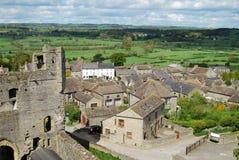 North Yorkshire-platteland van toren bij Middleham-Kasteel stock foto