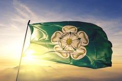 North Yorkshire-provincie van stof die van de de vlag de textieldoek van Engeland op de hoogste mist van de zonsopgangmist golven vector illustratie