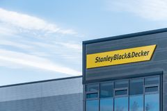 Northampton 9 de dezembro de 2017 BRITÂNICO: O logotipo mercante de Stanley Black And Decker Builders assina dentro a propriedade fotografia de stock